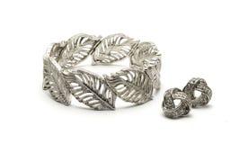 Bracelet et boucles d'oreille argentés Photographie stock