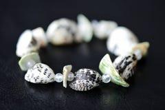 Bracelet fait de coquillages sur un fond foncé photo libre de droits