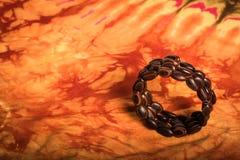 Bracelet fait de graines sur un tissu Photo stock