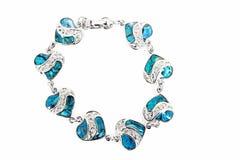 Bracelet femelle avec des coeurs d'isolement sur le blanc Images libres de droits