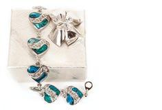 Bracelet femelle avec les coeurs et la boîte Image stock