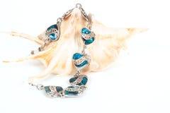 Bracelet femelle avec les coeurs et la coquille de mer Photographie stock