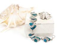 Bracelet femelle avec les coeurs et la coquille de mer Images stock