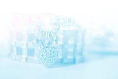 Bracelet mou coloré de diamant de forme de coeur de tache floue Photographie stock