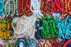 Bracelet multicolore fait de perles de quartz, de rubis, de malachite et de turquoise photos stock