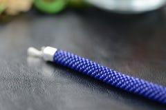 Bracelet perlé bleu-foncé sur un fond foncé Image stock