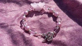 Bracelet perlé floral rose Image libre de droits