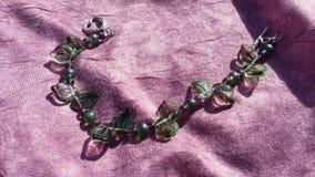 Bracelet perlé vert et pourpre Image stock