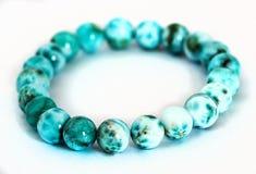 Bracelet rond véritable de perles de Larimar d'isolement dessus Images stock
