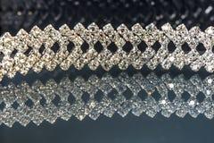 Bracelet scintillant de bijoux sur un fond noir avec des réflexions images stock