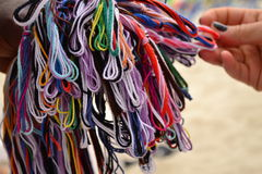 Bracelete africano da amizade - cordas coloridas Fotografia de Stock Royalty Free