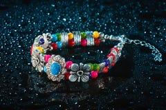 Bracelete azul com gotas da água Fotografia de Stock