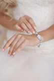 Bracelete bonito na mão da noiva Fotos de Stock Royalty Free