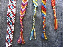 Bracelete colorido tecido bracelete da amizade da linha fotos de stock