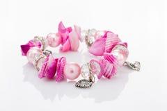Bracelete cor-de-rosa com pendentes Imagens de Stock Royalty Free