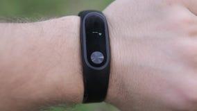 Bracelete da aptidão no braço Verifique batimentos cardíacos no bracelete da aptidão video estoque