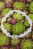 Bracelete da ioga com grânulos naturais imagens de stock