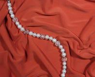 Bracelete da pérola em um fundo cor-de-rosa fotografia de stock royalty free