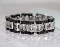 Bracelete de aço para homens Decoração disponível para homens brutais imagem de stock
