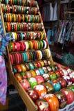 Bracelete de madeira colorido na prateleira fotos de stock