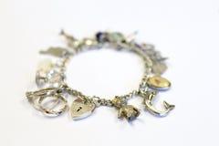 Bracelete de prata do encanto (foco seletivo) Fotografia de Stock Royalty Free