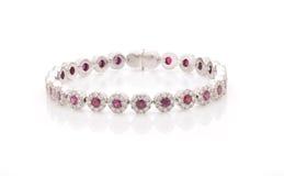 Bracelete do ouro branco com os diamantes no fundo branco Imagens de Stock Royalty Free