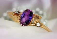 Bracelete do ouro com safiras e diamantes Imagem de Stock