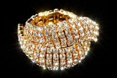 Bracelete do ouro com zirconita (CZ) no fundo preto Imagem de Stock