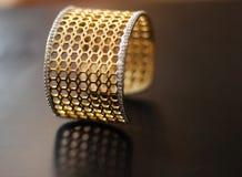 Bracelete dourado geométrico do projeto do favo de mel Fotos de Stock