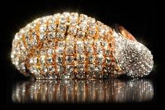 Bracelete e anel brilhantes do ouro no fundo preto Imagens de Stock