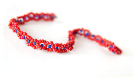Bracelete feito de grânulos vermelhos e azuis Imagem de Stock