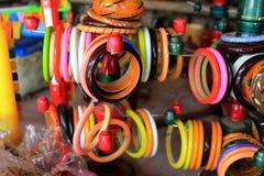 Bracelete feito a mão das mulheres, exposto para a venda fotografia de stock