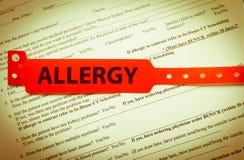 Bracelete vermelho da alergia Imagem de Stock