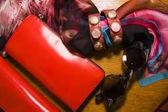 Braceletes étnicos do couro e dos metais com purce e óculos de sol fotografia de stock