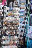 Braceletes coloridos frisados em uma loja de lembrança imagem de stock royalty free