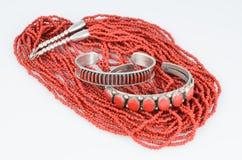 Braceletes do coral e da prata com colar do grânulo. fotos de stock royalty free