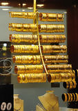 Braceletes e colar do ouro na loja Fotografia de Stock Royalty Free