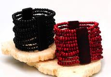 Braceletes frisados vermelhos e pretos fotografia de stock