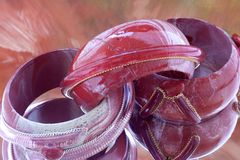 Braceletes originais da forma no fundo abstrato espelhado imagens de stock
