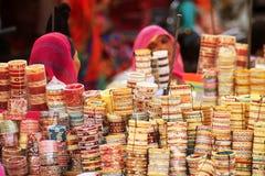 Bracelets au marché en plein air indien Image stock