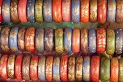Bracelets colorés dans une ligne. photos stock