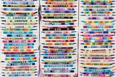 Bracelets colorés de bras avec des noms brodés photographie stock