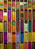 Bracelets colorés de perles à vendre, marché indien Image libre de droits