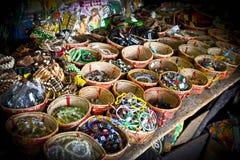 Bracelets colorés faits main sur un marché local de ville de Kuching, Malaisie image libre de droits