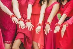 Bracelets de mariage et amies pourpres de mains Photo stock