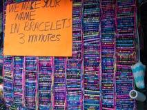 Bracelets de nom au marché dans Ensenada, Baja, la Californie, Mexique Image stock