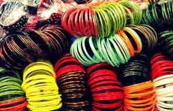 Bracelets en verre indiens de couleur multi Photographie stock