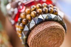 Bracelets et colliers de pierre gemme dans une rangée Bijoux faits en pierre pourpre et pierre bleue de sugilite Photos libres de droits