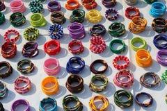 Bracelets faisant des emplettes dans la rue de Jaipur Images libres de droits