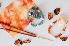 Bracelets faits de pierre et argent naturels La configuration plate avec s'abaisse et des accessoires image stock